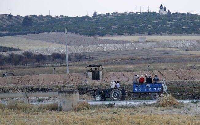 AVVISER ANKLAGER: Tyrkias forsvarsminister avviser mandag de syriske anklagene om at landet skal ha sendt soldater inn på bakken i Syria. Her fra Karkamis ved den tyrkisk-syriske grensen i fjor. Foto: REUTERS/Murad Sezer/Files