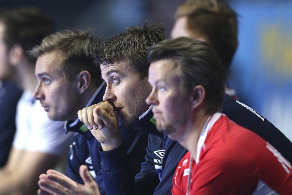 GIR SEG: Ole Erevik, her sammen med keeperkollega Espen Christensen og landslagets fysioterapeut Harald Markussen, har spilt sin siste kamp for Norge.