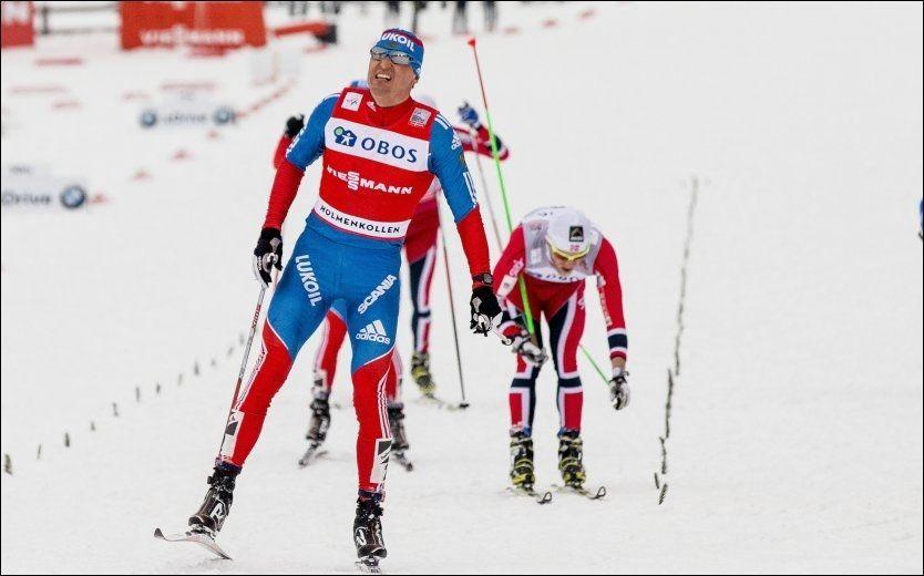 VANT: Alexander Legkov går i mål foran en fryktelig sliten Martin Johnsrud Sundby etter femmila i Holmenkollen. Foto: NTB Scanpix