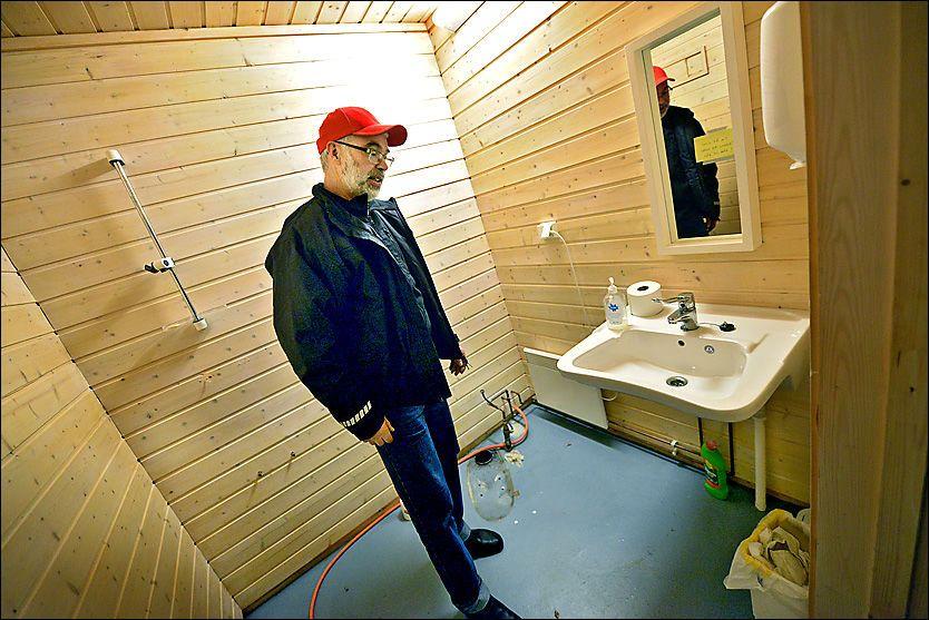 RAMME ALVOR: Doen som forsvant var et handikaptoalett med håndtak og det hele. I tillegg har førjuls-synderne også tatt med seg dusjbatteriet. Foto: BORGAR JØNVIK/LOKALAVISA VERRAN-NAMDALSEID