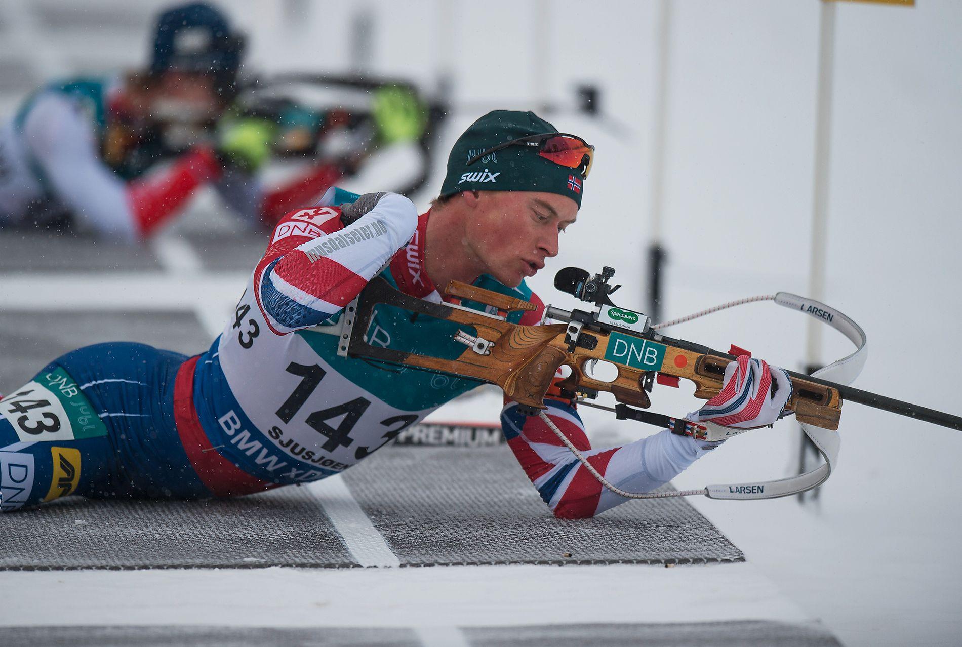 HELBOM: Her legger Henrik L´Abée-Lund seg ned på matta for å skyte liggende på sprinten på Sjusjøen. Den serien med null treff glemmer han nok aldri.