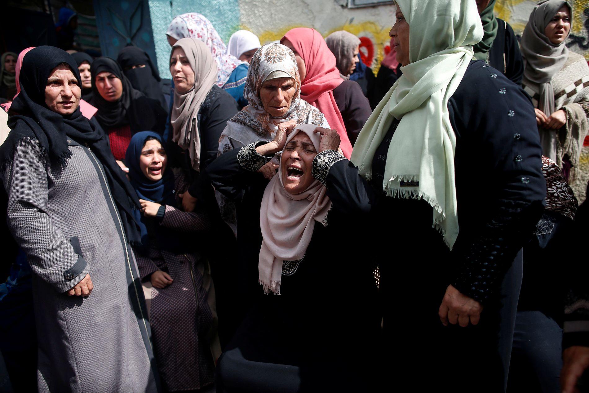 I SORG: Slektninger begraver den palestinske Hamdan Abu Amshah, blant de drepte under demonstrasjonen fredag 30. mars, i byen Beit Hanoun på Gazastripen.