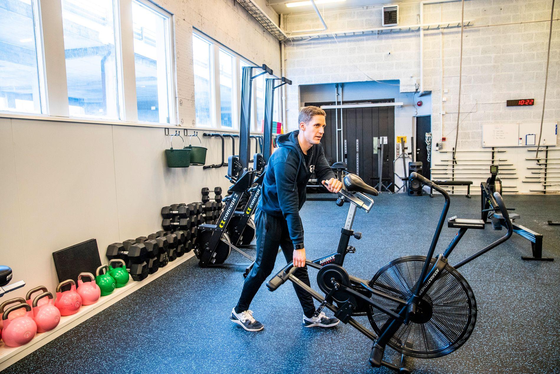 EIER TRENINGSSENTER: Ett av lånene var tatt opp i Mathias' nystartede firma. Her gjør han klar til en crossfit-time på treningssenteret han eier med to andre.