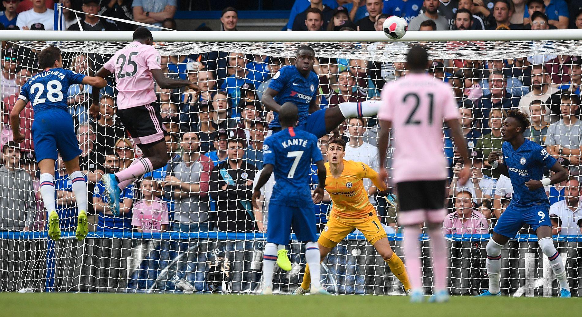 UTLIGNING: Her setter Wilfried Ndidi 1–1-målet i duell med Chelsea-kaptein Cesar Azpilicueta.