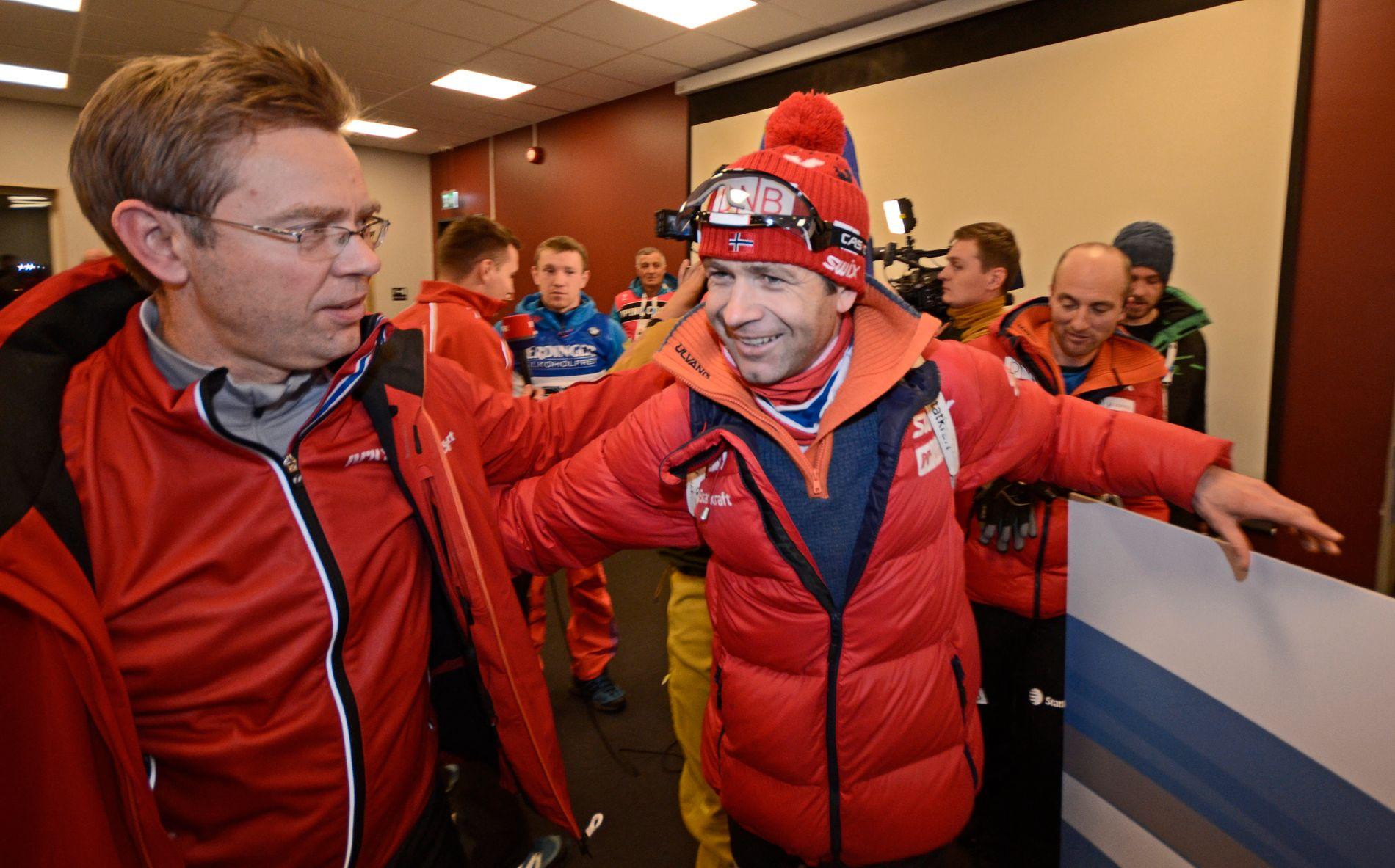 GULLGUTTER: Halvard Hanevold (t.v.) gratulerer Ole Einar Bjørndalen sist veteranen vant et verdenscuprenn. Det skjedde i Östersund i desember 2015. Bjørndalen tok VM-bronse på jaktstarten så sent som i fjor.