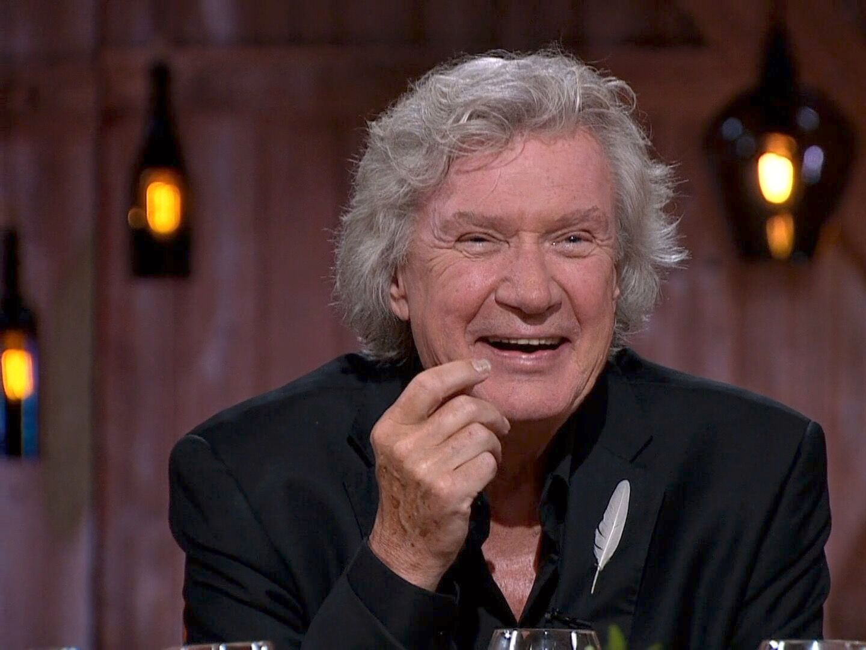 HYLLES: Mange kjenner ham som fast gjesteartist hos Dizzie Tunes, som Norges Johnny Cash og som en tolker av Elvis. I kveld var det Benny Borgs tur til å være midtpunkt i «Hver gang vi møtes». Foto: TV 2