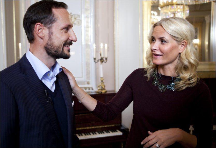 REISER SAMMEN: Kronprins Haakon og kronprinsesse Mette-Marit har ofte offisielle utenlandsplikter hver for seg. Men de reiser sammen til Indonesia mot sluttet av året. Her avbildet på Slottet før jul i fjor. Foto: TERJE BRINGEDAL