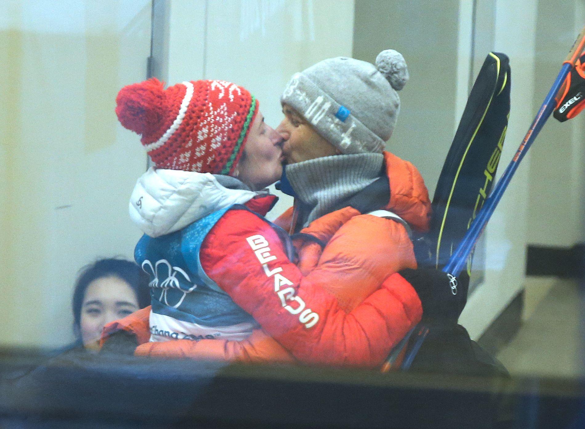 SØLVKYSSET: Ole Einar Bjørndalen måtte vente lenge før han fikk gratulere kona Darja Domratsjeva med sølvet på fellesstarten i OL. Men da han først fikk muligheten, klinte han til.