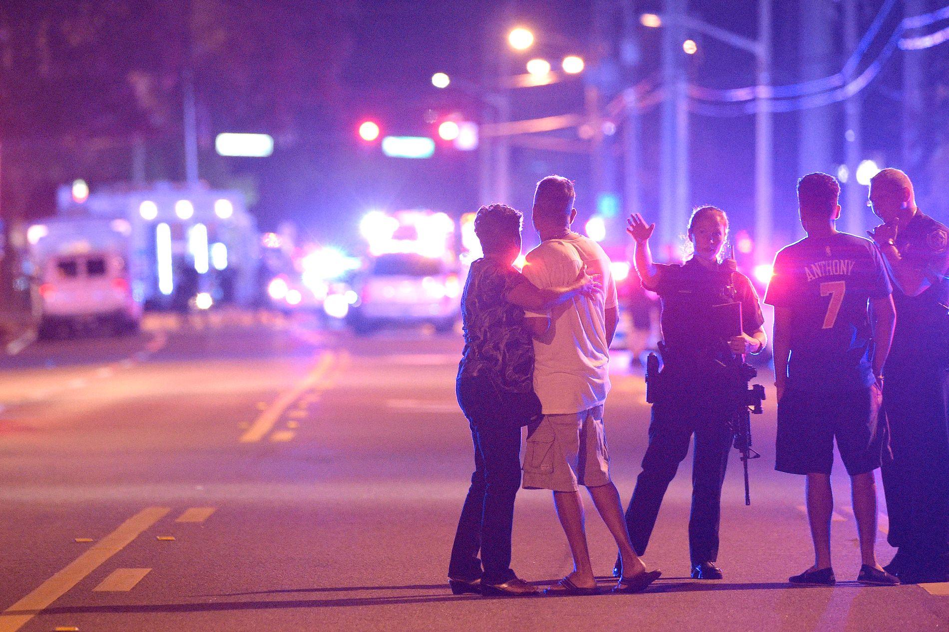 SKYTING: Orlando-politiet ba mennesker holde seg unna området hvor skytingen fant sted.
