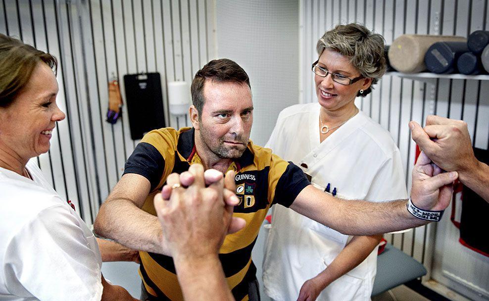 HØRTE ALT: Jimi Fritze (44) går på rehabilitering for blant annet å lære seg å gå igjen etter hjerneblødningen. Her er han sammen med Anna Strand og Pernilla Åkerström. Foto: HÅKAN RISBERG / NERIKES ALLEHANDA