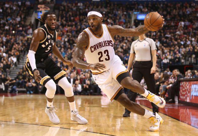 super popular 2c7a7 6dc9f INGEN SKOMANGEL  LeBron James har trolig signert en av tidenes mest  lukrative skoavtaler med Nike - livet ut. Her er dribler han seg forbi  Toronto Raptors  ...