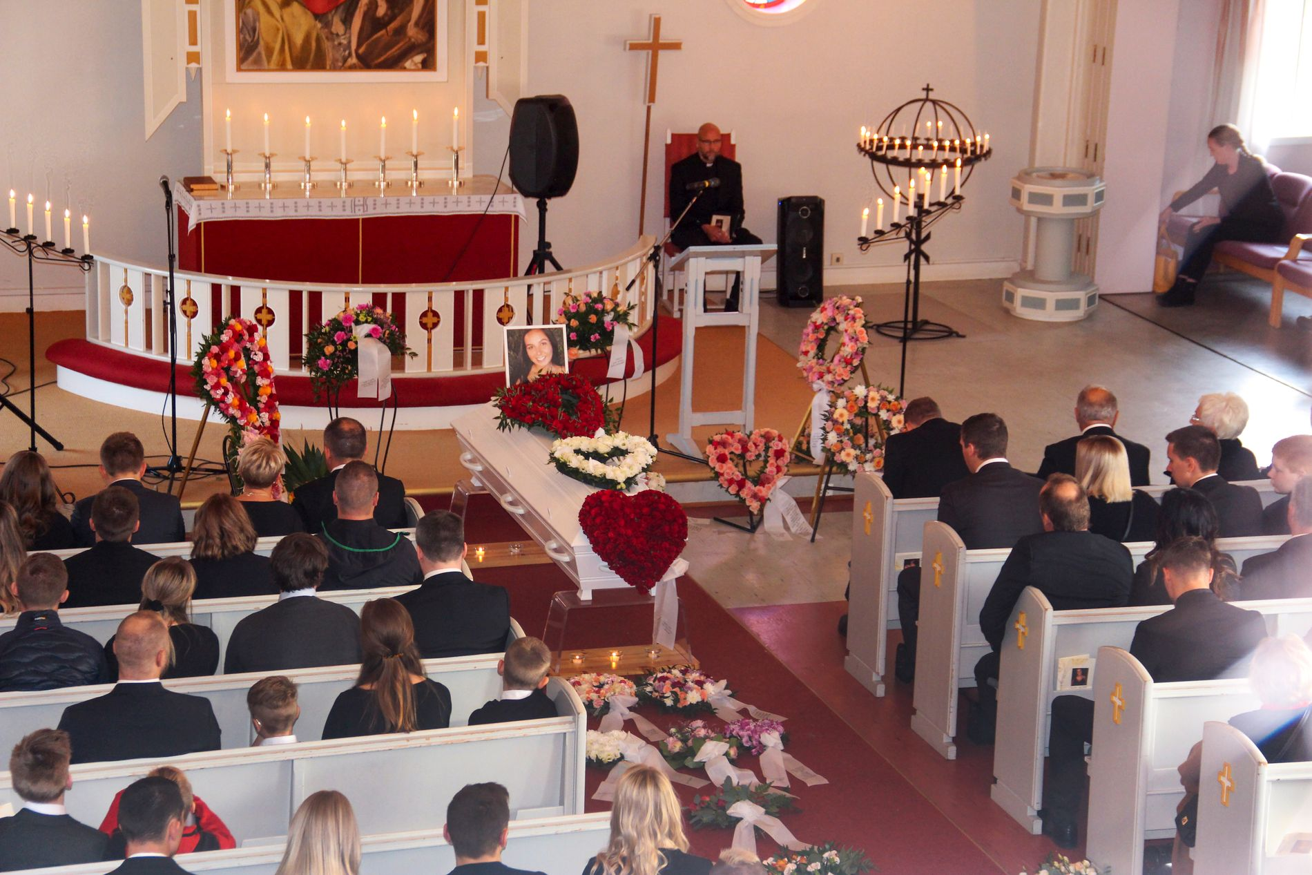 FULLSATT KIRKE: Onsdag ble Benedikte Hyld Mella (22) begravet. Kirken var fylt til randen av familie og venner som ville ta farvel med den livsglade jenta.