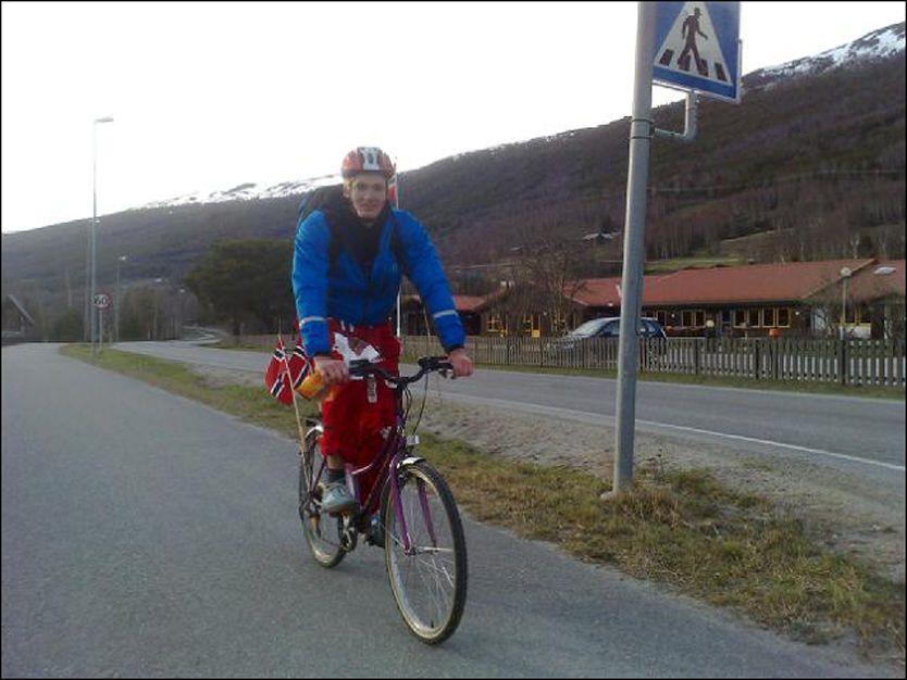 KLIMARUSS: Ole Kristian Årdal (19) tråkker seg fra Stranda i Møre og Romsdal til Lillehammer. Foto: Lars Kristian Tranøy