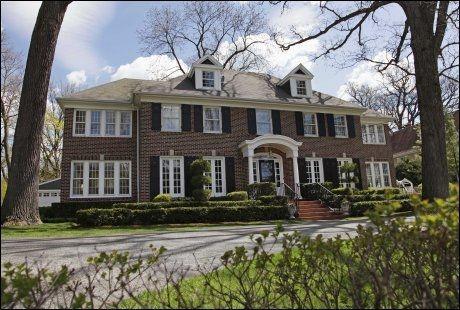 TIL SALGS: Dette huset, som ligger utenfor Chicago, kjenner du kanskje igjen fra «Hjemme Alene». Huset ble lagt ut for salg sommeren 2011, for 2,4 millioner dollar. Foto: AP.