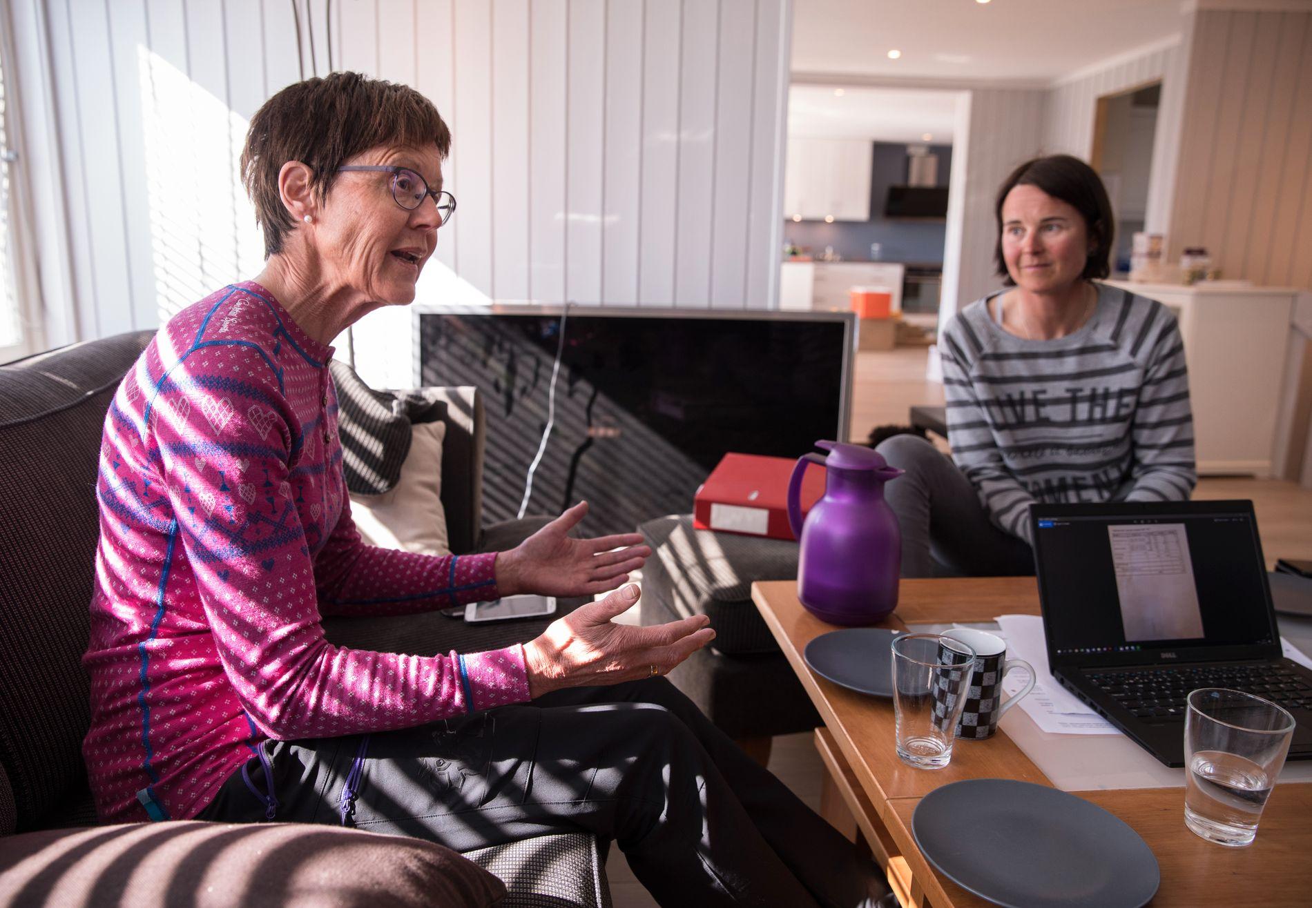 VANSKELIG TID: Beret Høva Sporsheim mistet mannen til den dødelige diagnosen ALS. Her sitter hun sammen med datteren Åshild (til høyre).
