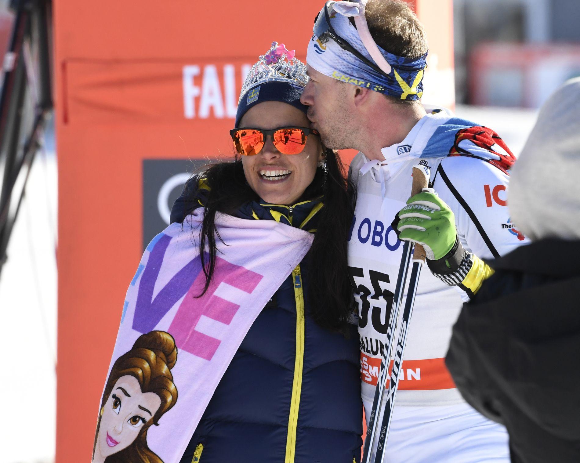 NYGIFT: Anna Haag og Emil Jönsson giftet seg i sommer. Her er de etter karrierenes siste verdenscuprenn i sesongavslutningen i Falun i mars.