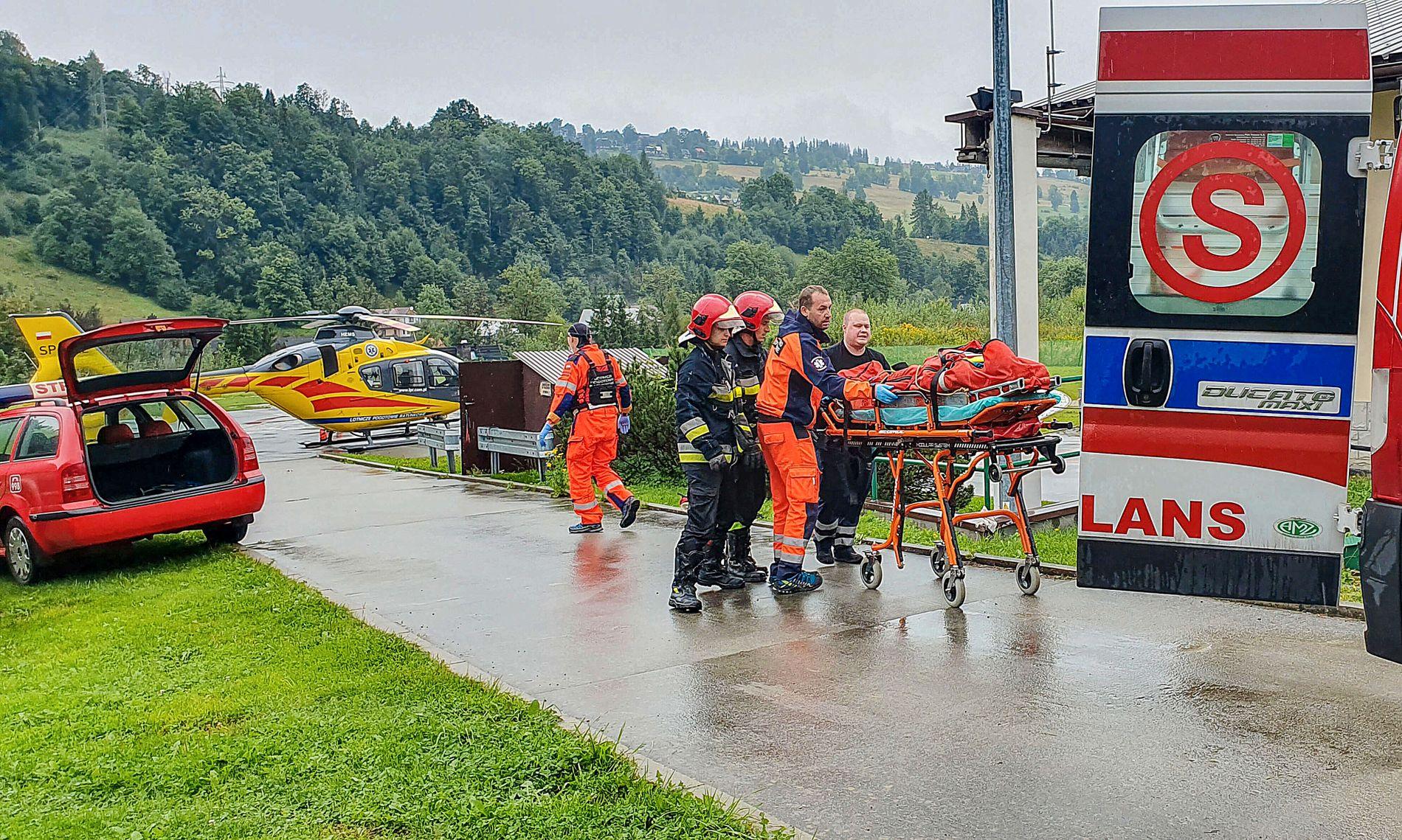 REDNINGSARBEIDET: De første ofrene fraktes her til sykehus for behandling.