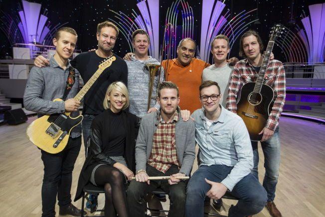 NYTT ORKESTER: Det nye «Skal vi danse»-bandet er en en del av programmets fornyelse. Bak fra venstre: Hugo Risdal (gitar), Håvard Fossum (saxofon), Tarjei Grimsby (trombone), Javed Kurd (musikkprodusent), Asmund Grinaker (kreativ ansvarlig) og Espen R. Fredriksen (arrangør). Foran fra venstre: May Kristin Kaspersen (vokalist), Åsmund B. Knutson (trommer og kapellmester) og Bjørnar Reime Erlandsen (vokalist). Ikke til stede: Rino Johannessen (bass) og Jon-Willy Rydningen (keyboard).