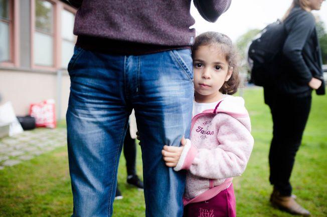 I NORGE: Limar Manar (5) holder godt rundt foten til pappa Manar Ibrahim. VG besøkte forrige uke mottaket på Politiets utlendingsenhet på Tøyen.
