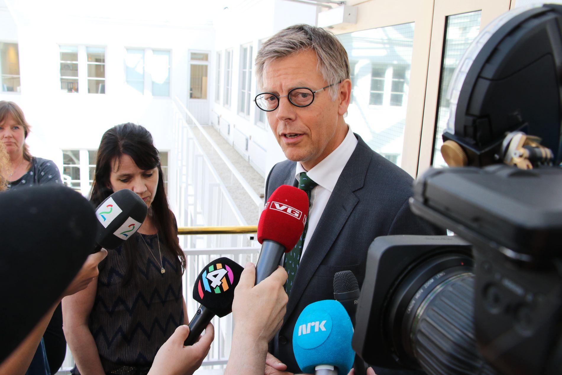 IKKE NATURLIG: Juridisk direktør i NRK, Olav A. Nyhus synes ikke det er unaturlig at det ikke har vært kontakt mellom partene allerede nå:   – Nå summer vi oss på begge sider, sier han.
