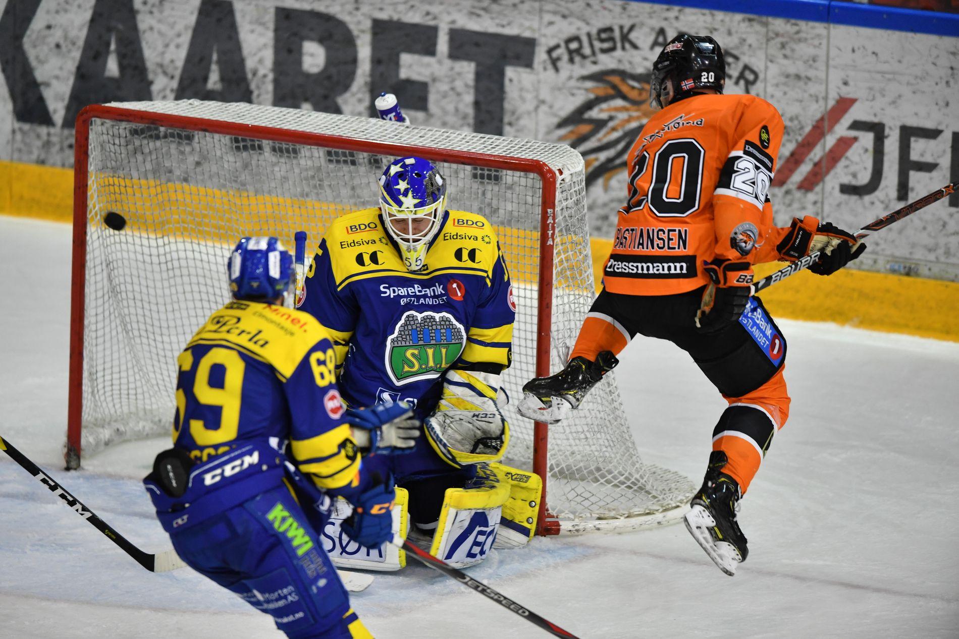 NYTT HOPP: Frisk-kaptein Anders Bastiansen (38) ser at skuddet fra lagkamerat Hampus Gustafsson finner veien forbi Storhamar-keeper Oskar Östlund til 3–1 ledelse for hjemmelaget i slutten av andre periode.