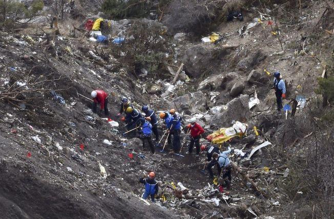 TOTALVRAK: Her jobber etterforskere i ruinene av flyet som Andreas Lubitz styrtet i Alpene 24. mars i fjor.