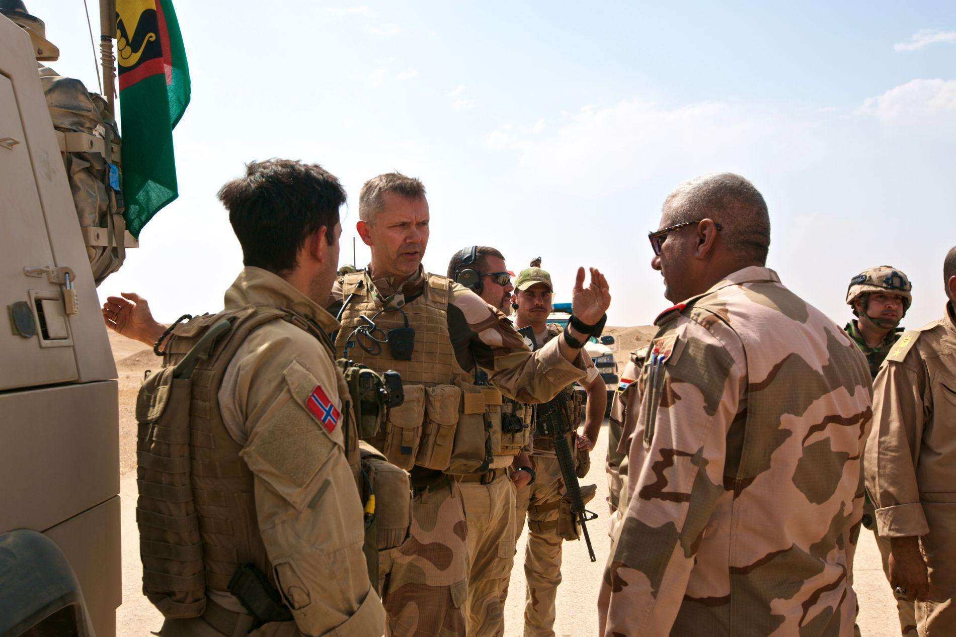 I FELT: Oberstløytnant Terje Bruøygard sammen med en norsk offiser og en irakisk offiser.