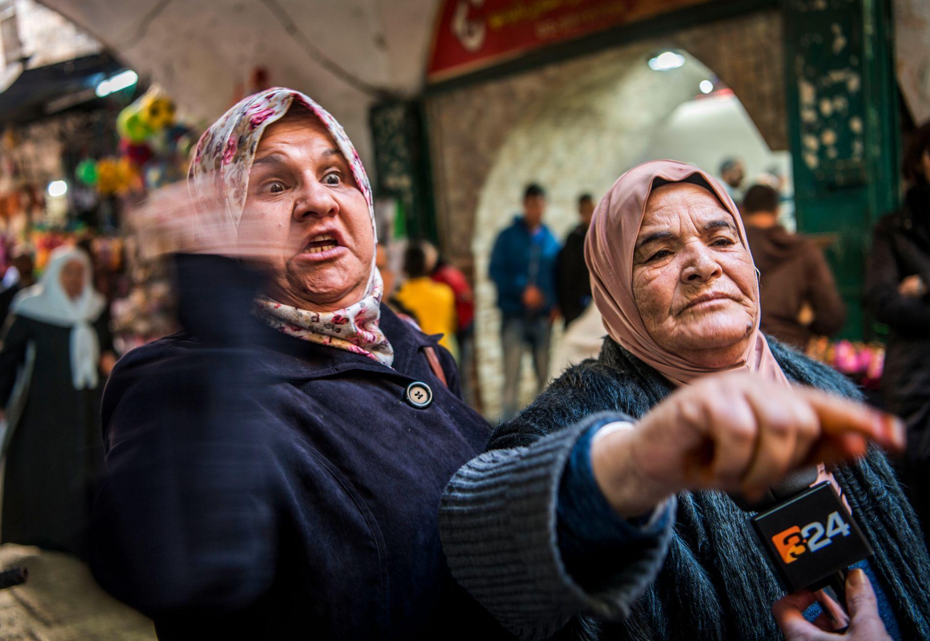 VEKKER HARME: Amal Abo Goham (t.v.) og Laila Abo Gamah er rasende etter Trumps beslutning.