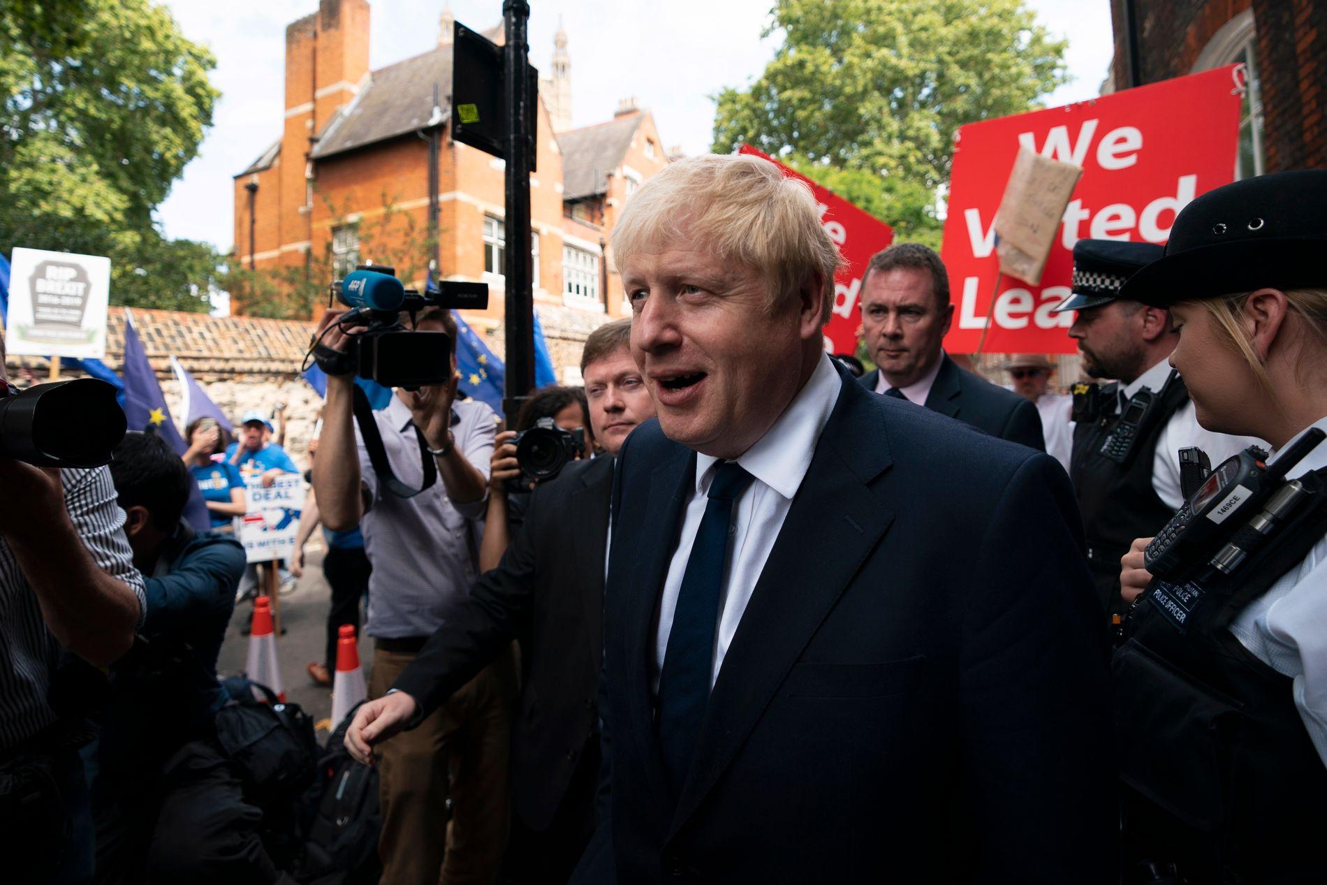 FAVORITT: En svært spent Boris Johnson forlot sitt kontor i London mandag ettermiddag. 23. juli får han vite om han blir Storbritannias neste statsminister eller ikke.