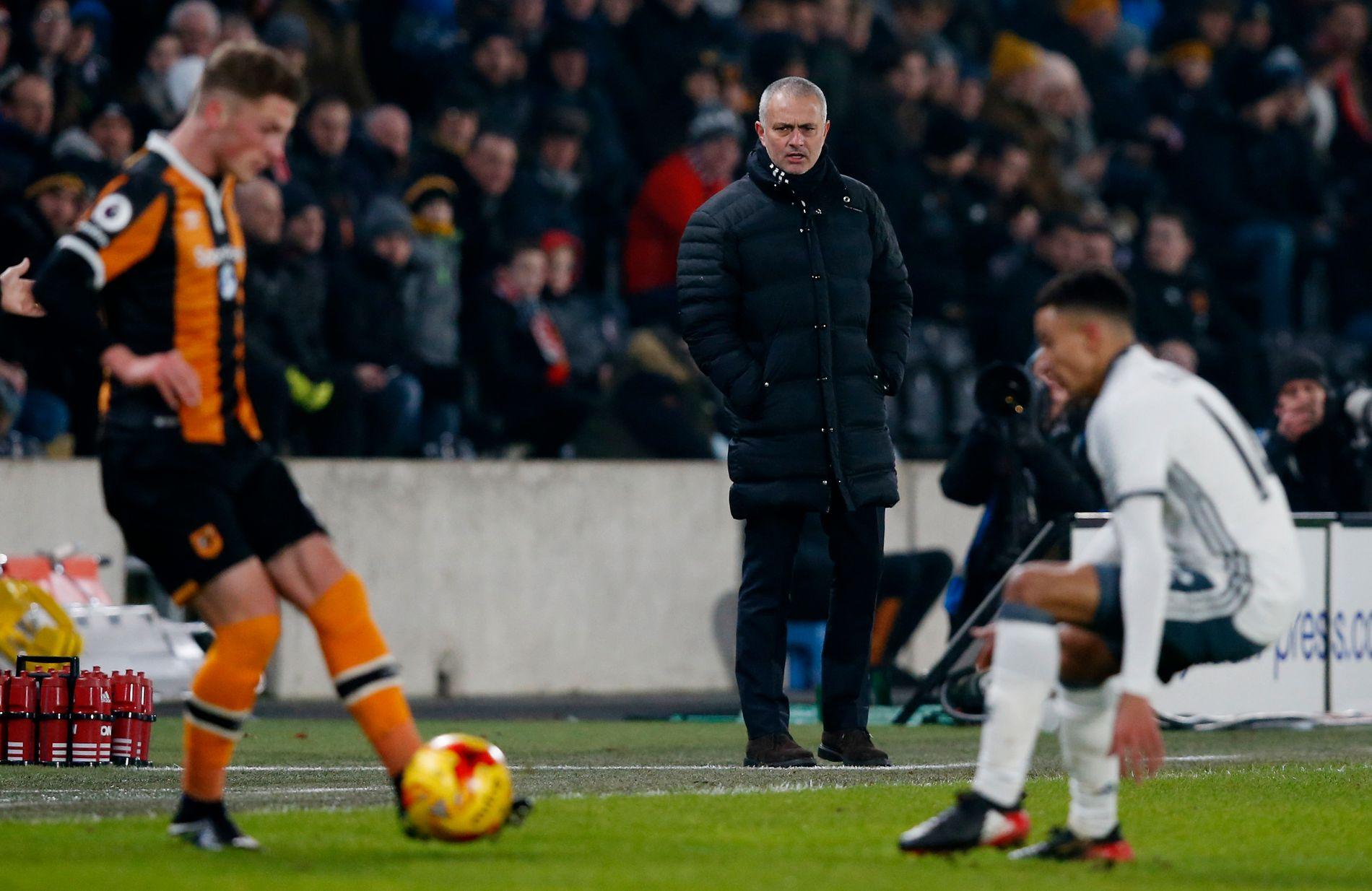 HULL I REKKEN: José Mourinho følger nøye med under torsdagens ligacupfinale mellom Manchester United og Hull.