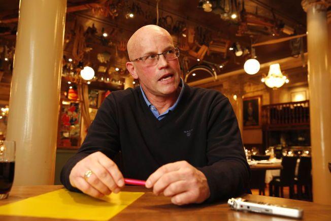 TIL KAMP MOT EGEN ARBEIDSGIVER: Guttorm Dilling møter Norges Fotballforbund, der han fortsatt er ansatt og har tilbud om ny stilling, i rettssak neste mandag. Her under intervjuet med VG på Christiania Kafé i Oslo sentrum.