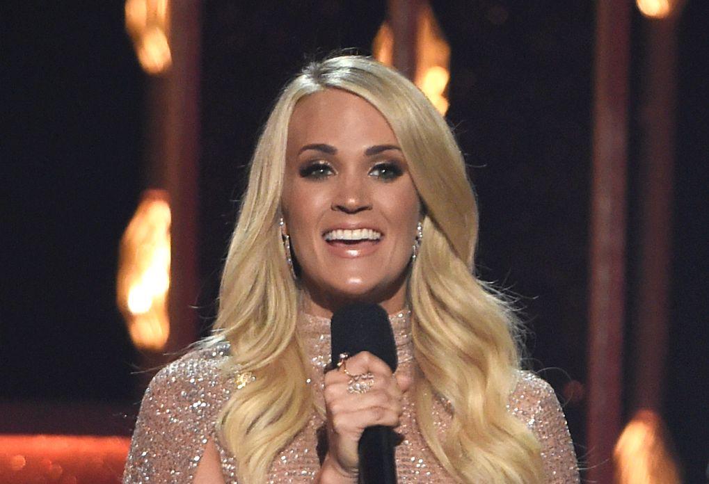 FØR ULYKKEN: Carrie Underwood var vert under Country Music Awards i Nashville 8. november, bare to dager før ulykken.