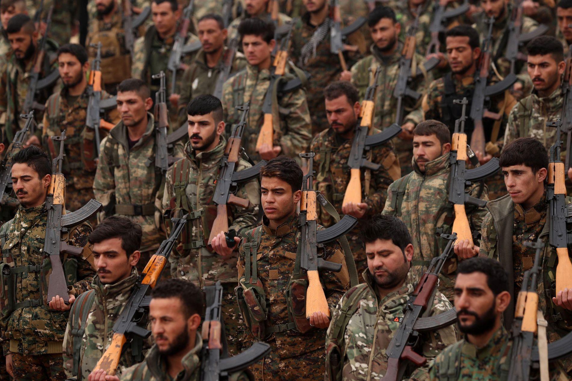 FRYKTER Å BLI FORLATT: Krigere fra «Syrian democratic forces», der YPG utgjør majoriteten, fotografert i Deir Ezzor, Syria den 31. desember 2018.