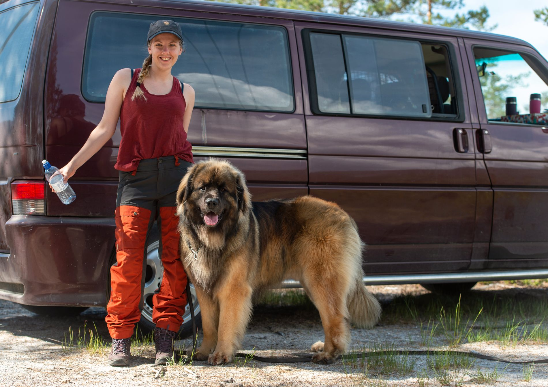 TURGLAD: Maren Ueland (28) sammen med hunden Alf Herman.