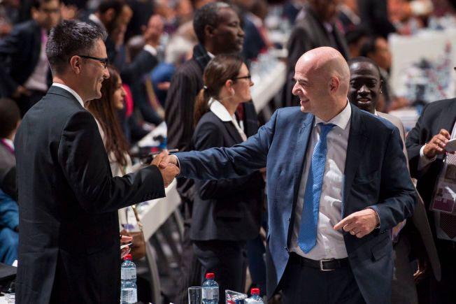 HAPPY: Her håndhilser en tydelig fornøyd Gianni Infantino på folk i Hallenstadion i Zürich fredag kveld.