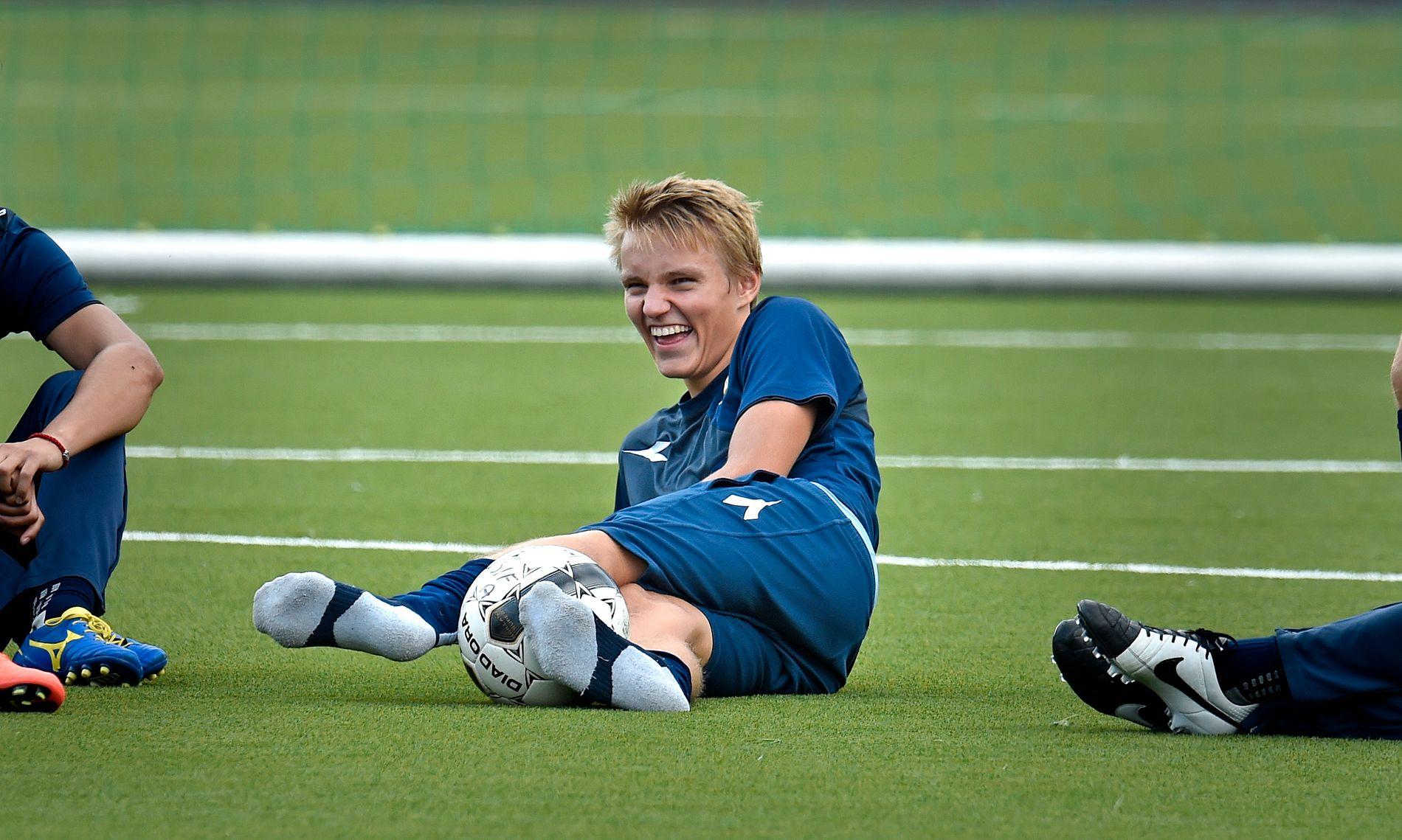 FØLGER MED: Martin Ødegaard, her som 15 år gammel Strømsgodset-spiller, slo igjennom i Eliteserien. Han følger fortsatt med.