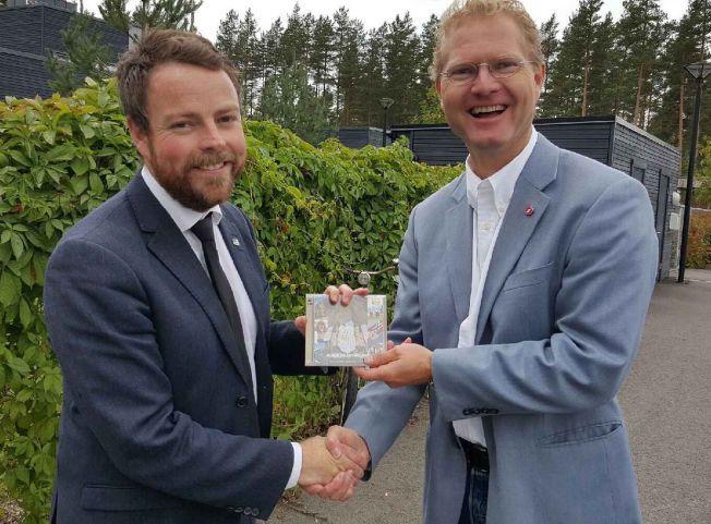 DELTE UT CD: Tor Andre Johnsen (Frp) ble fylt av gode sangminner da han lyttet til CD-en Norske nasjonalskatter (1814-2014). Derfor kjøpte han et ekstra eksemplar og overleverte gaven til kunnskapsminister Torbjørn Røe Isaksen (H).