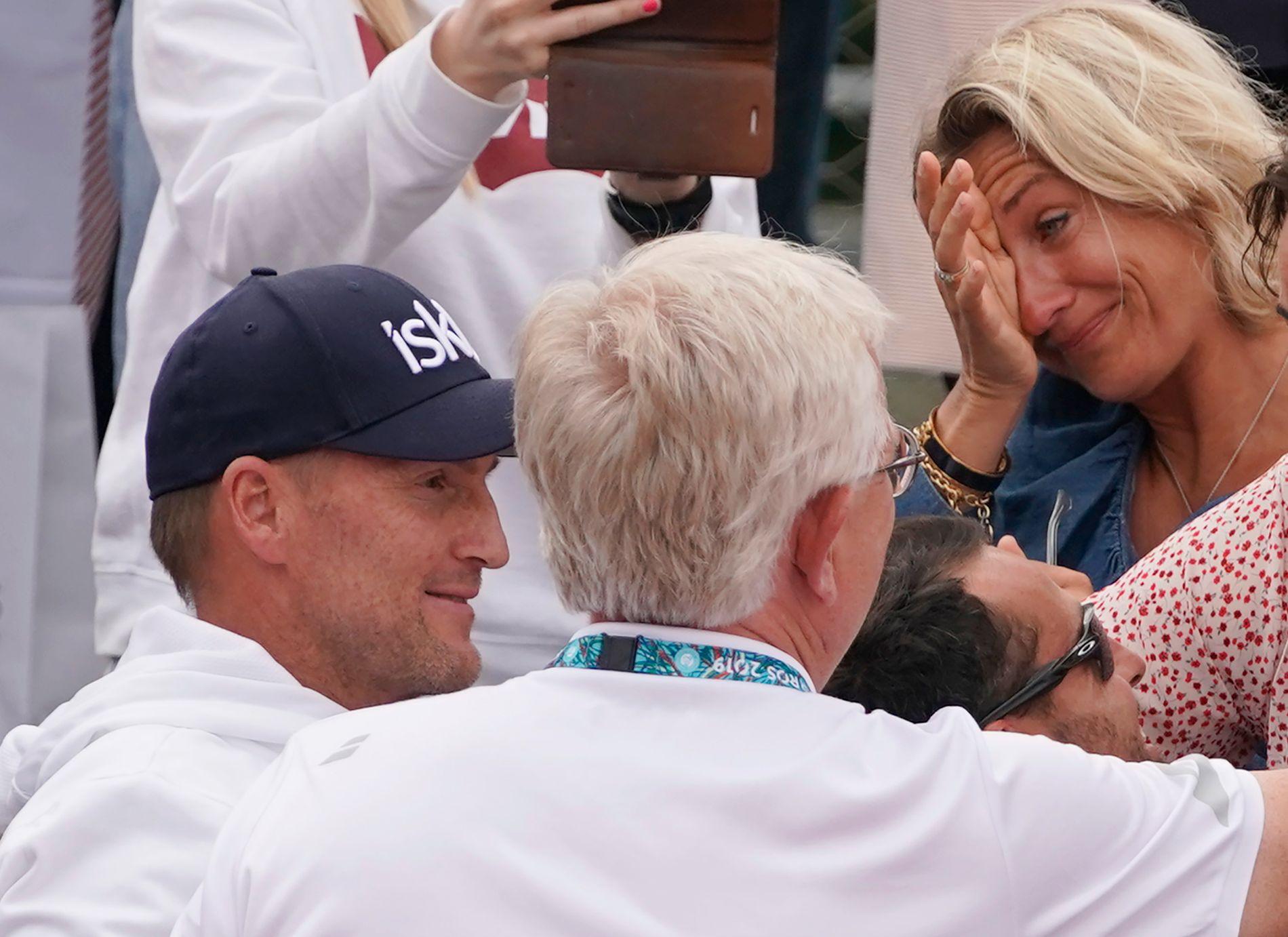 RØRT MAMMA: Lele Ruud tok til tårene da sønnen Casper slo Matteo Berretini i French Open. Nå venter Roger Federer. Pappa og trener Christian Ruud (t.v.), analysesjef Øivind Sørvald (med ryggen til) og trener Pedro Klar er med i seiersrusen.