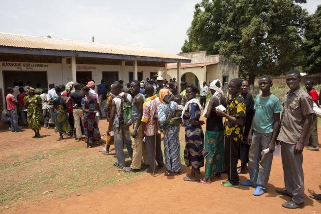 HIV-TESTING: Innbyggere står i kø for å delta i frivillig HIV-testing i Den sentralafrikanske republikk.
