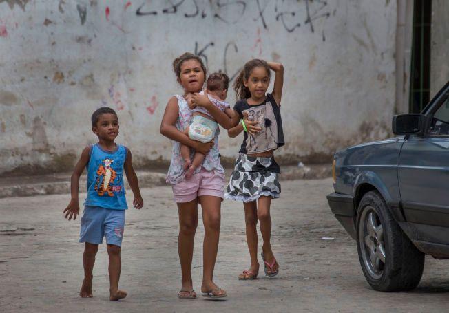 OPPVAKTE: Barna i gatene i Monteiro fulgte nysgjerrig etter soldatene.
