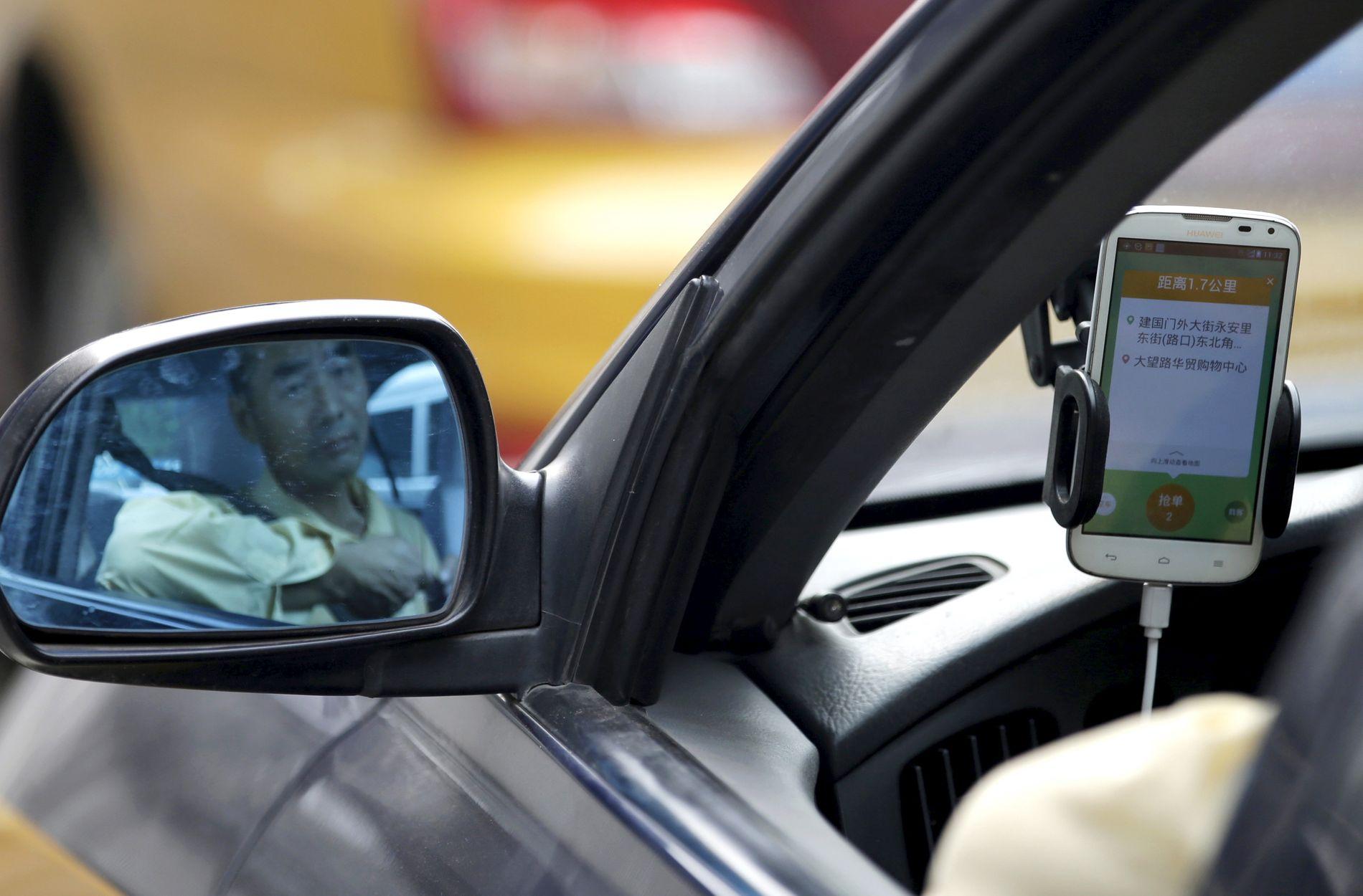 PERSONTRANSPORT: Didi har parkert sin samkjøringstjeneste Hitch etter at en bruker ble voldtatt og drept. Her er et et illustrasjonsbilde av tjenesten, tatt i Bejjing i 2015. Mannen på bildet har ikke noe med hendelsene å gjøre.