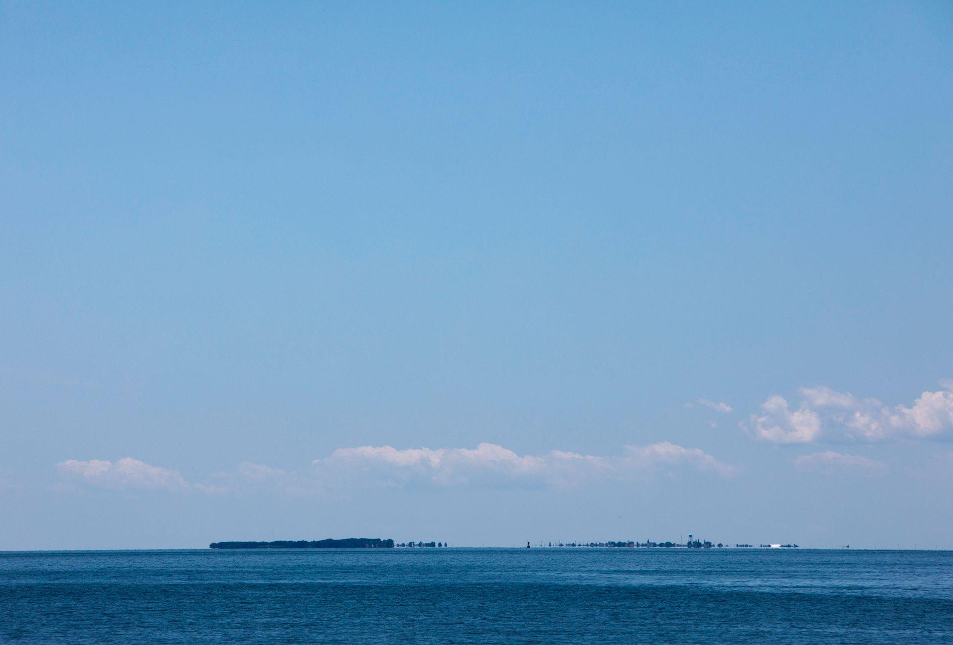 FLAT: Tangier Island er så lav at hadde det ikke vært for trærne ville øya knapt vært synlig i horisonten.