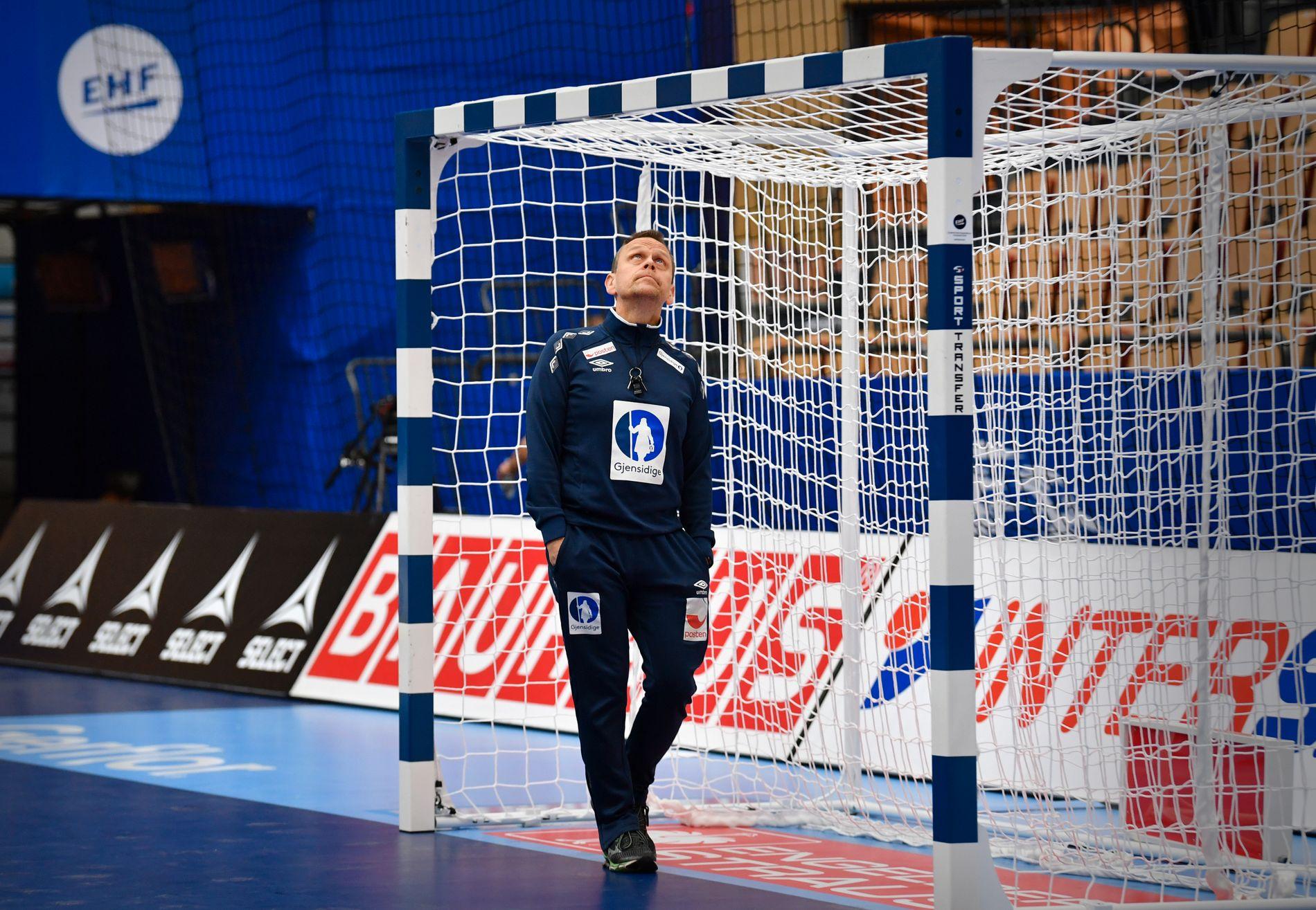 SJEKK: Thorir Hergeirsson ber om at mål blir sjekket nøye før trening og kamp. Her studerer han selv et mål før EM-kamp mot Romania i 2016.