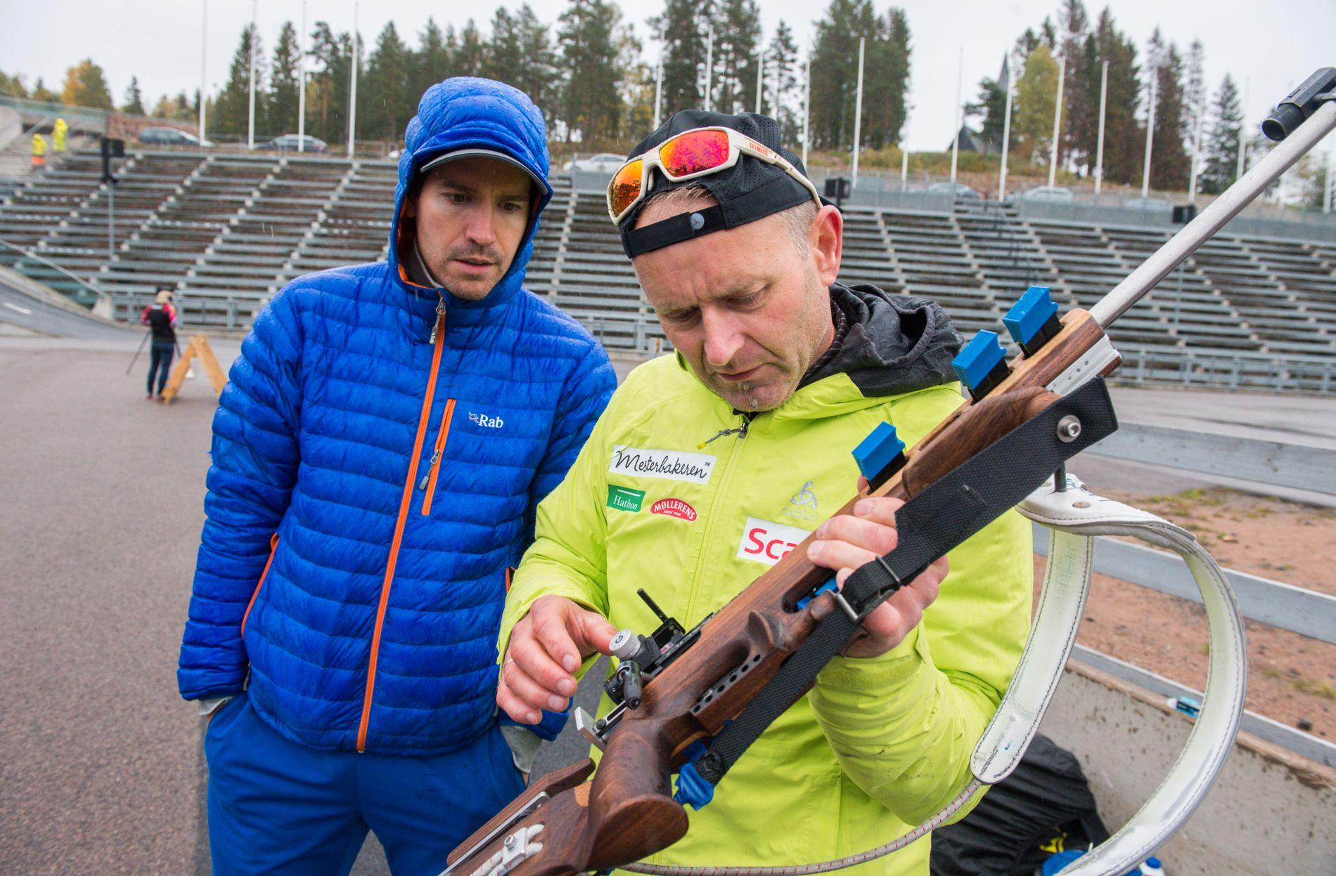VÅPENSJEKK: Emil Hegle Svendsen (t.v.) og trener for privatlaget Mesterbakeren, Knut Tore Berland, sjekker våpenet til en av skiskytterne under en treningssamling i Holmenkollen.