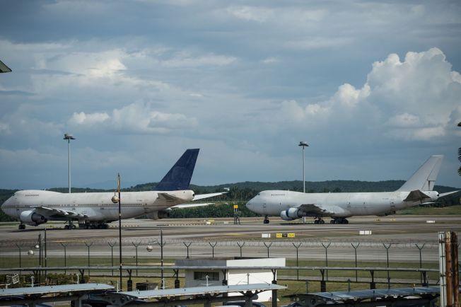 SAVNER EIER: Boeing 747-200-flyene med registreringsnumrene TF-ARM (til venstre) and TF-ARN parkert på flyplassen i Malaysia.