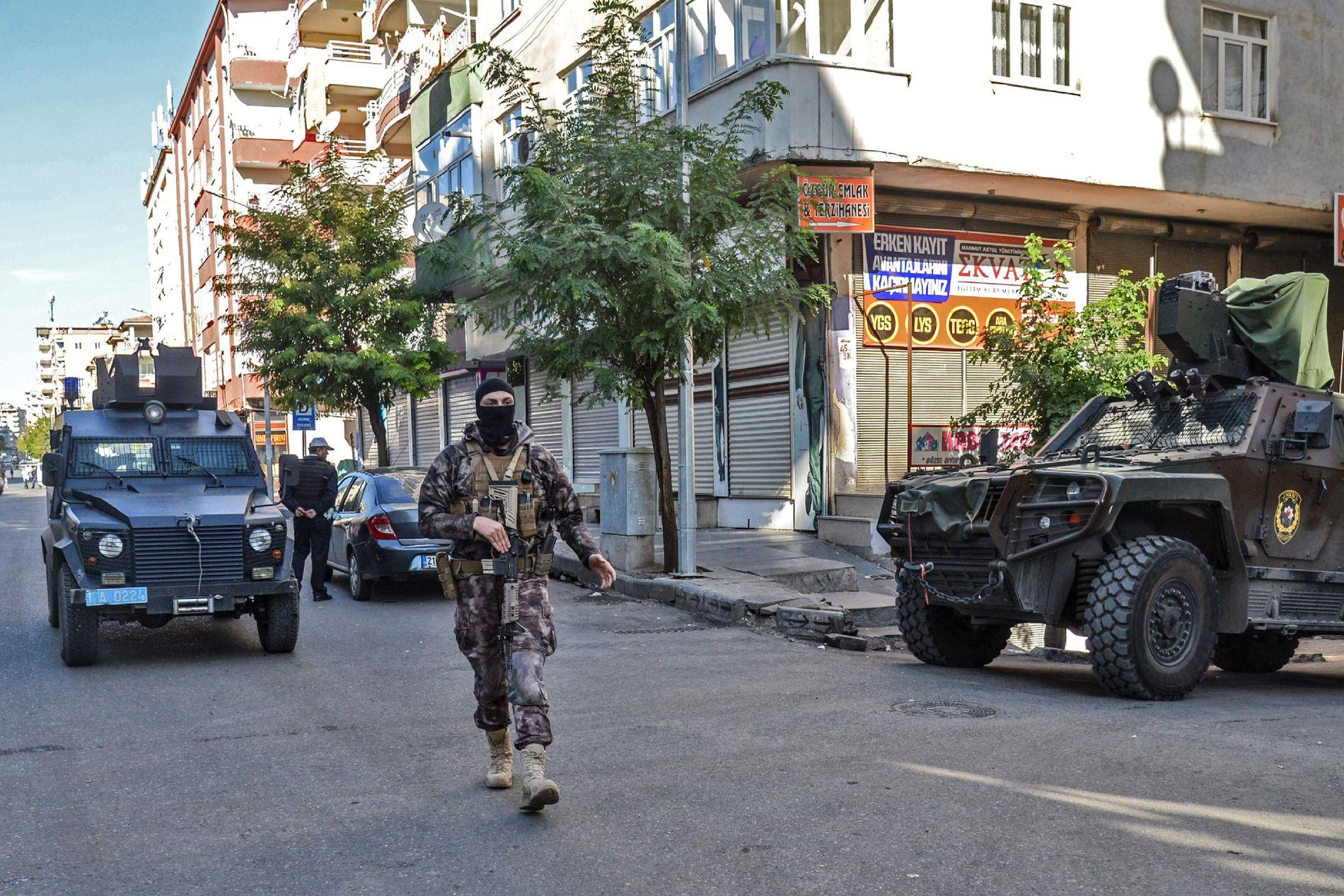 GATEBILDET I SØRØST: Slik ser det ut i Diyarbakir i Tyrkia etter blodige sammenstøt den første uken i november. Tyrkiske sikkerhetsstyrker er tungt til stede.