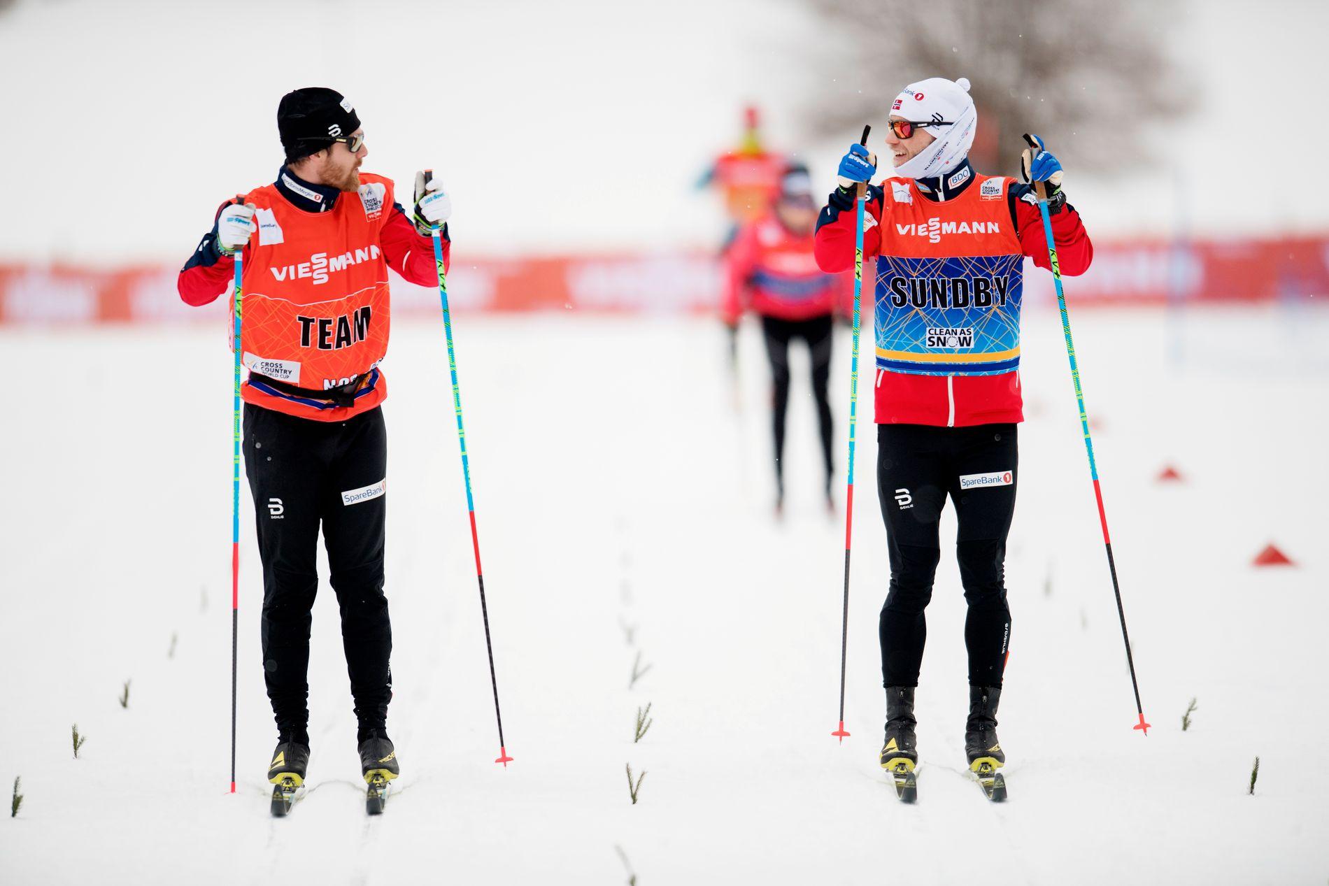 GOD STEMNING: Martin Johnsrud Sundby (høyre) sammen med smøreren sin, Tord Hegdahl, under treningen tirsdag i Oberstdorf.