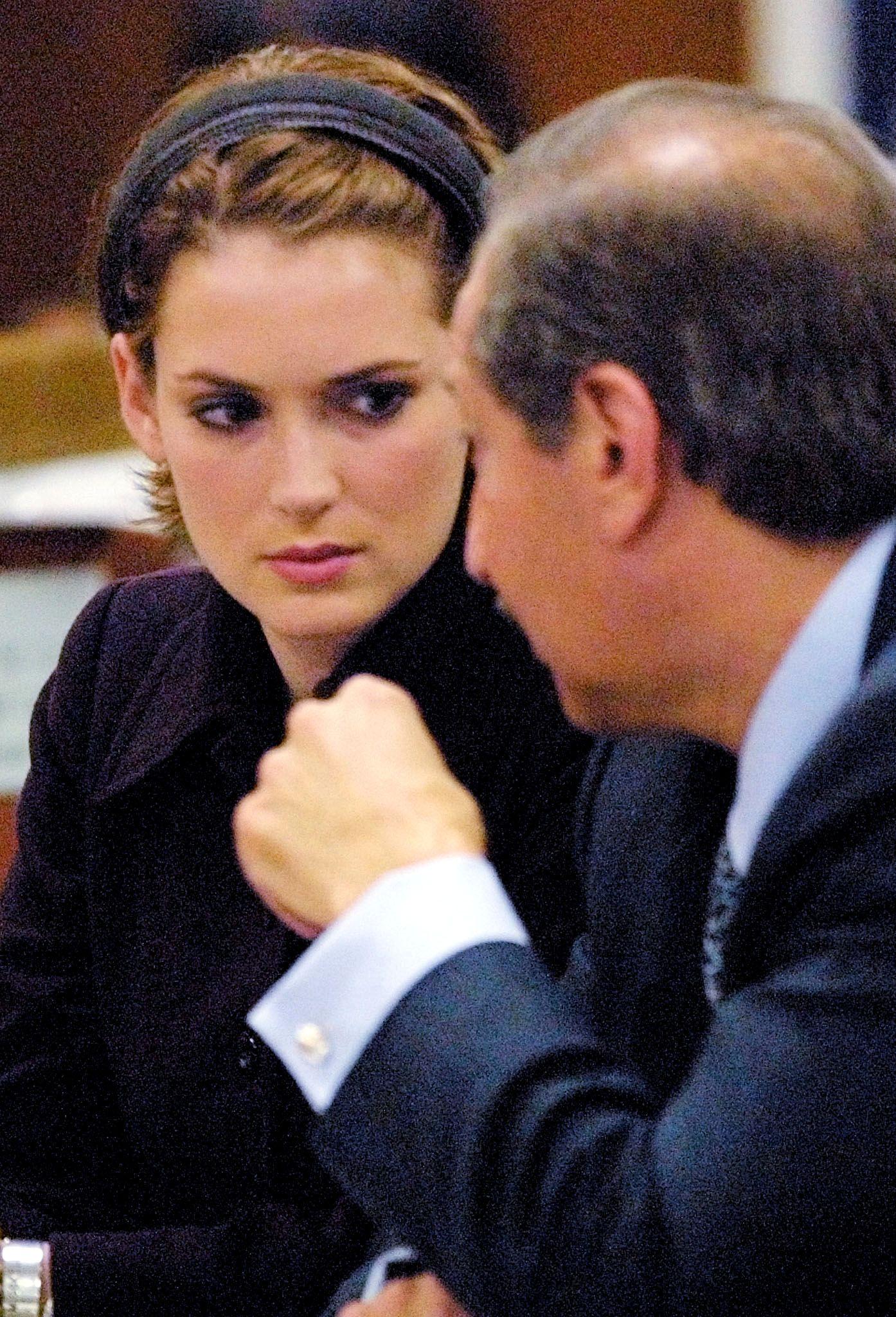 I RETTEN: I 2001 ble Ryder skyldig i tyveri. Bildet er tatt fra da hun fikk dommen. Her snakker hun med advokaten Mark Geragos i retten. Foto: REUTERS/LEE CELANO/POOL