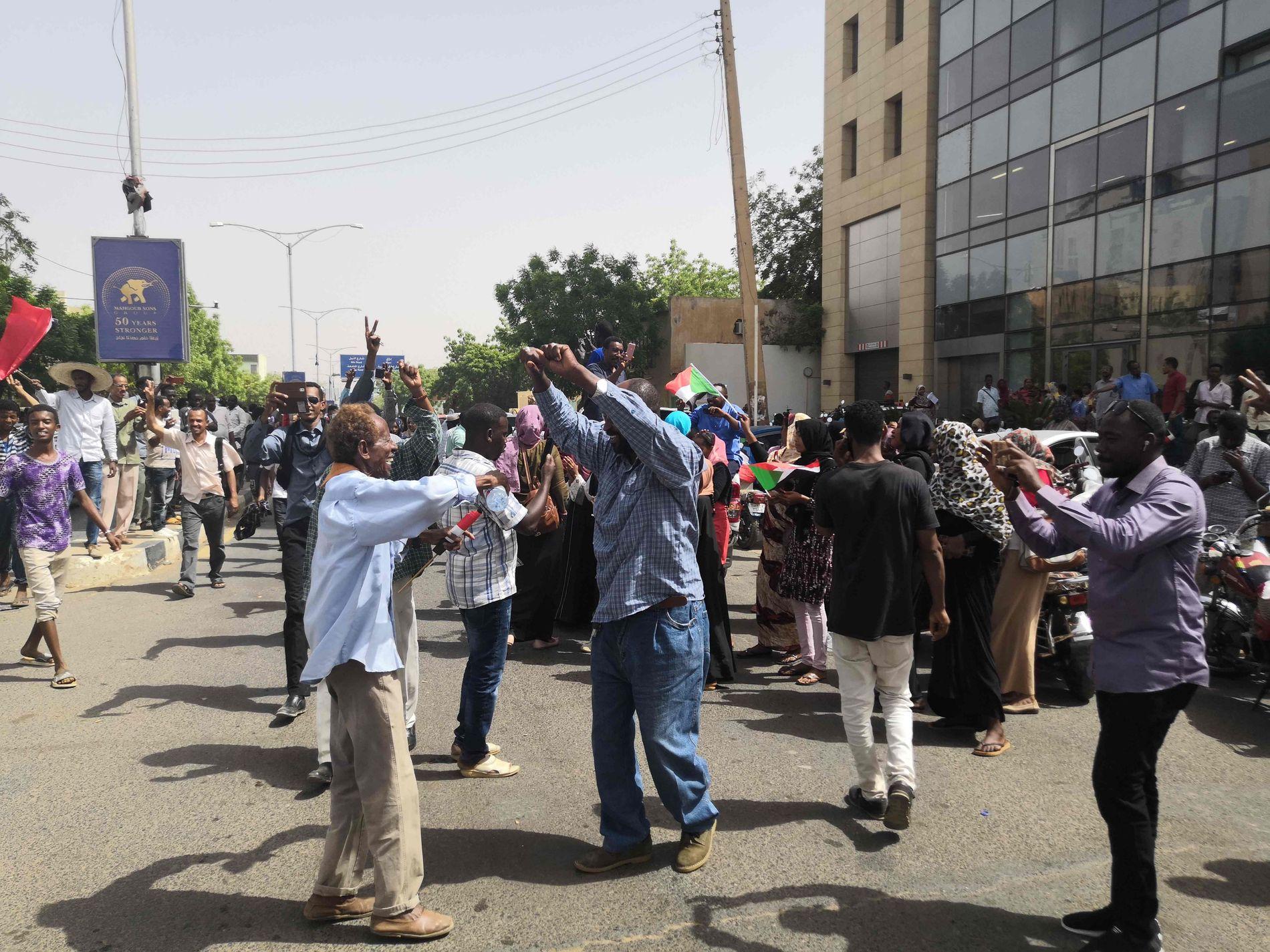 FEIRER: Sivile er bedt om å samle seg ved militærets hovedkvarter i hovedstaden.