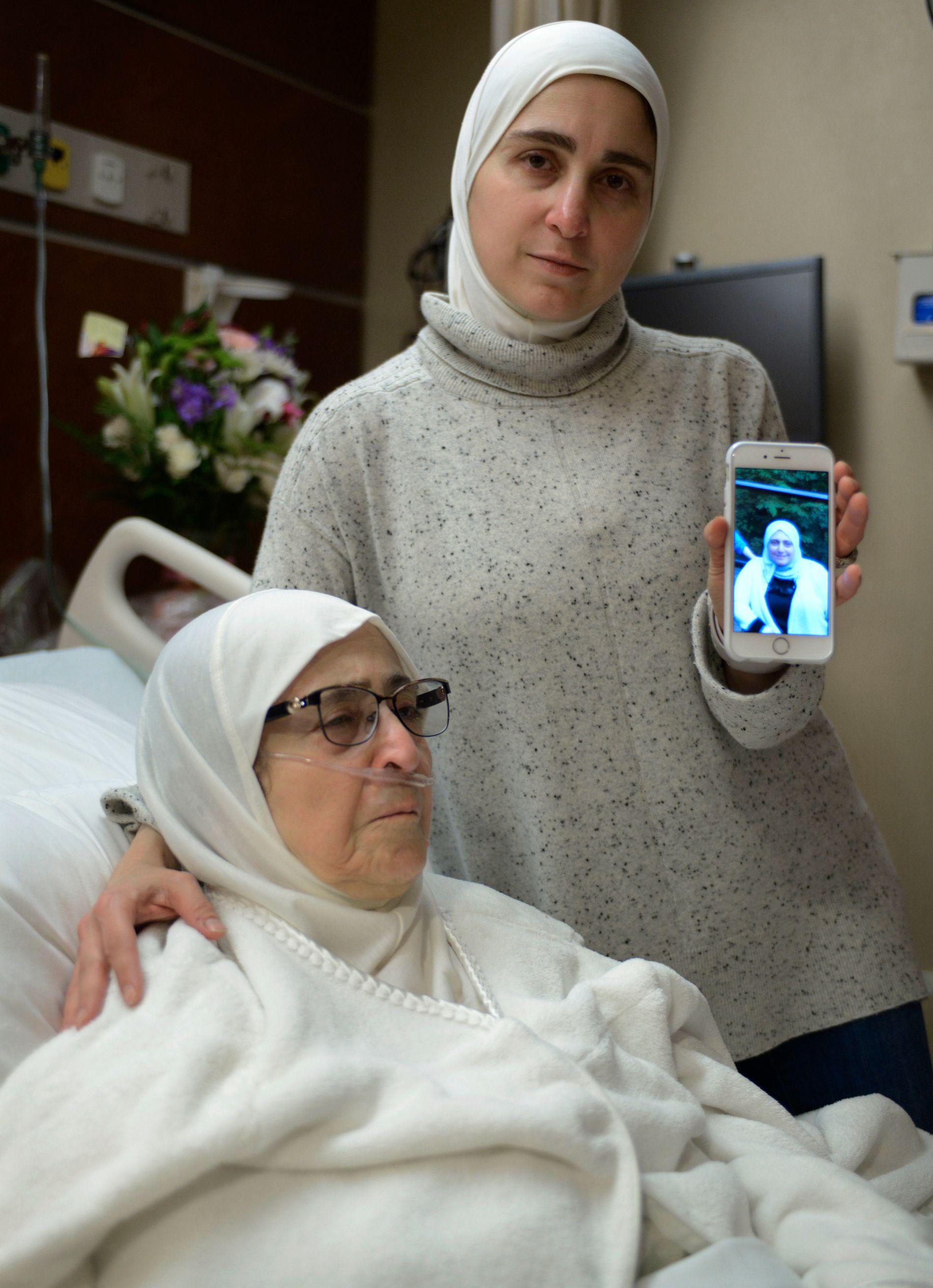 MOR OG SØSTER: Nour Ulayyet viser frem et bilde av sin søster Sahar Algonaimi, som ble nektet innreise til USA. Hun skulle besøke sin syke mor Isaaf Jamal Eddin.